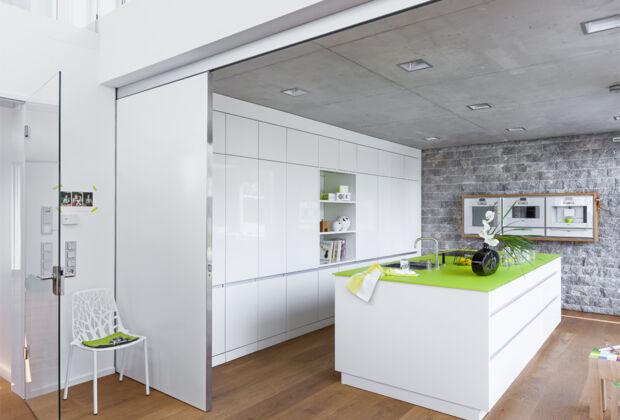 offene k che in wei zuhausewohnen. Black Bedroom Furniture Sets. Home Design Ideas