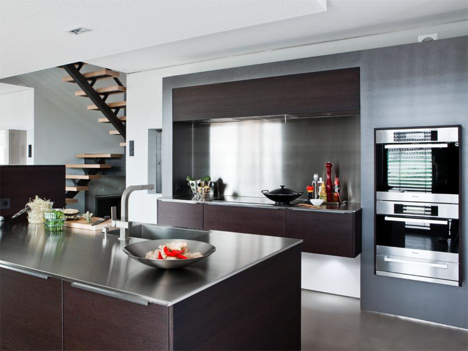 absolut salonf hig markante holzk che zuhausewohnen. Black Bedroom Furniture Sets. Home Design Ideas