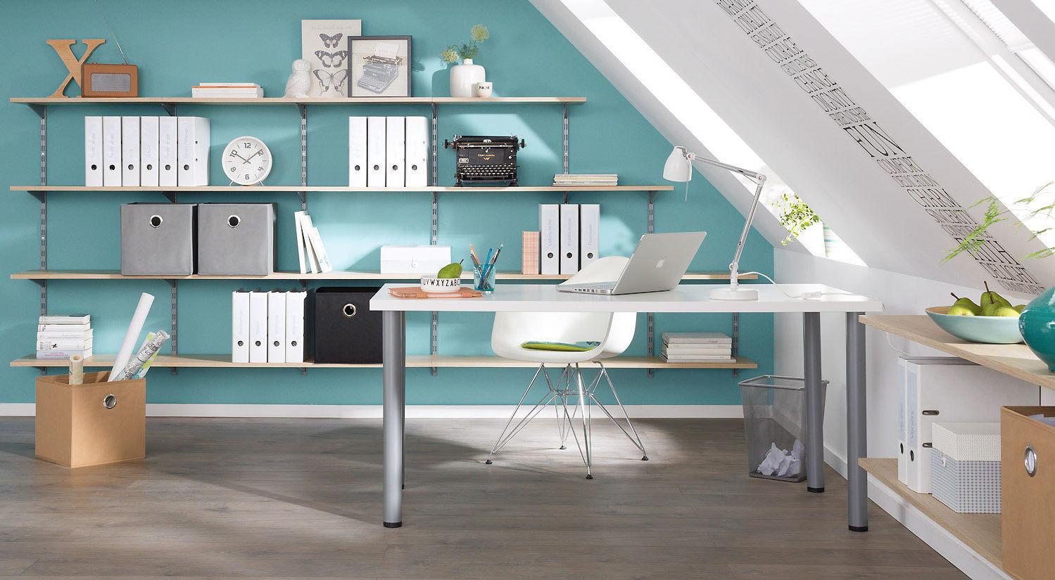Eingerichtetes Büro mit Regalen