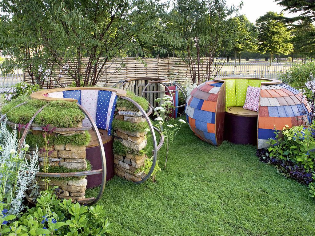 Selbstgebaute Sitzmöbel für den Garten aus Naturmaterialien