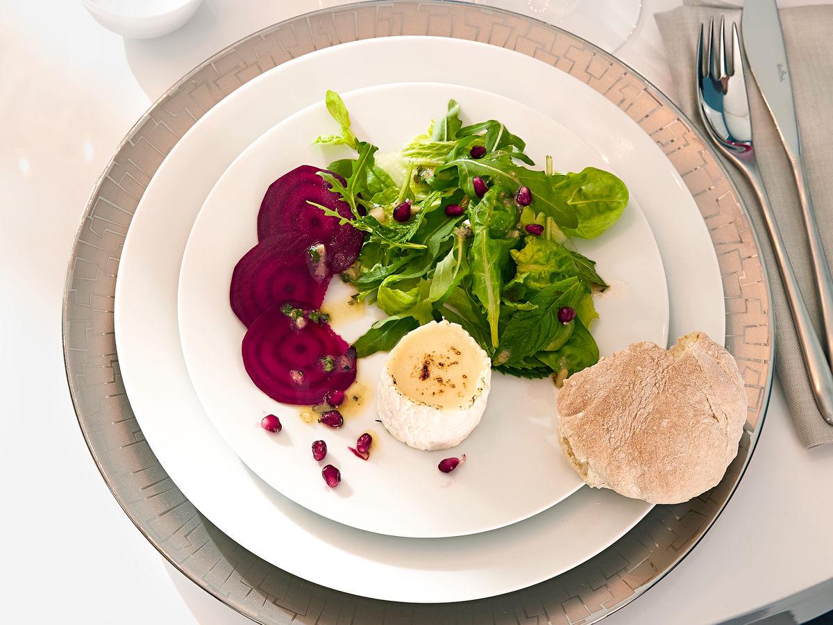 rote bete mit granatapfel minz salat und gebackenem ziegenk se zuhause wohnen. Black Bedroom Furniture Sets. Home Design Ideas