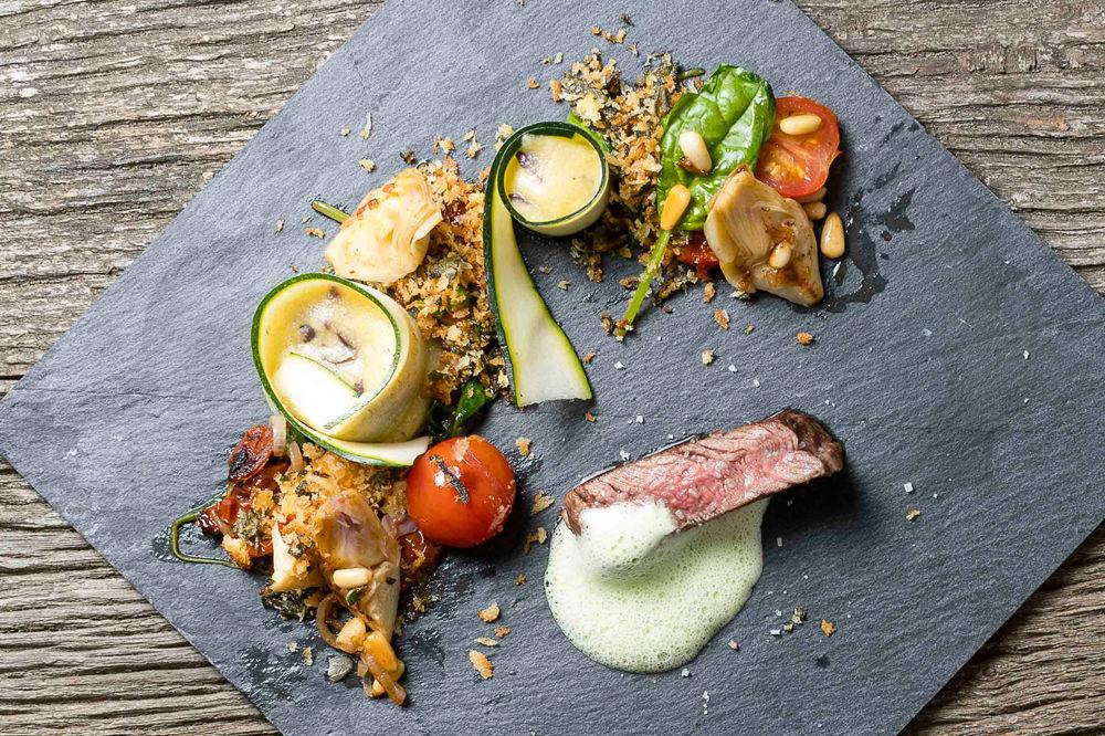 Gegrilltes Rinderfilet mit mediterranem Blattspinat, Oliven-Polenta und Basilikumschaum