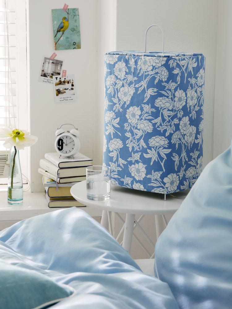 blumige nachttischlampe zuhause wohnen. Black Bedroom Furniture Sets. Home Design Ideas