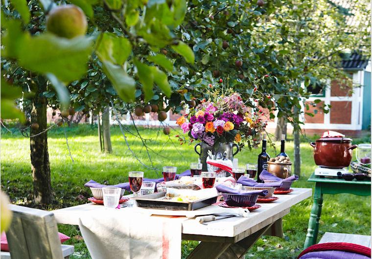 Garten im September herbstlich gedeckter tisch