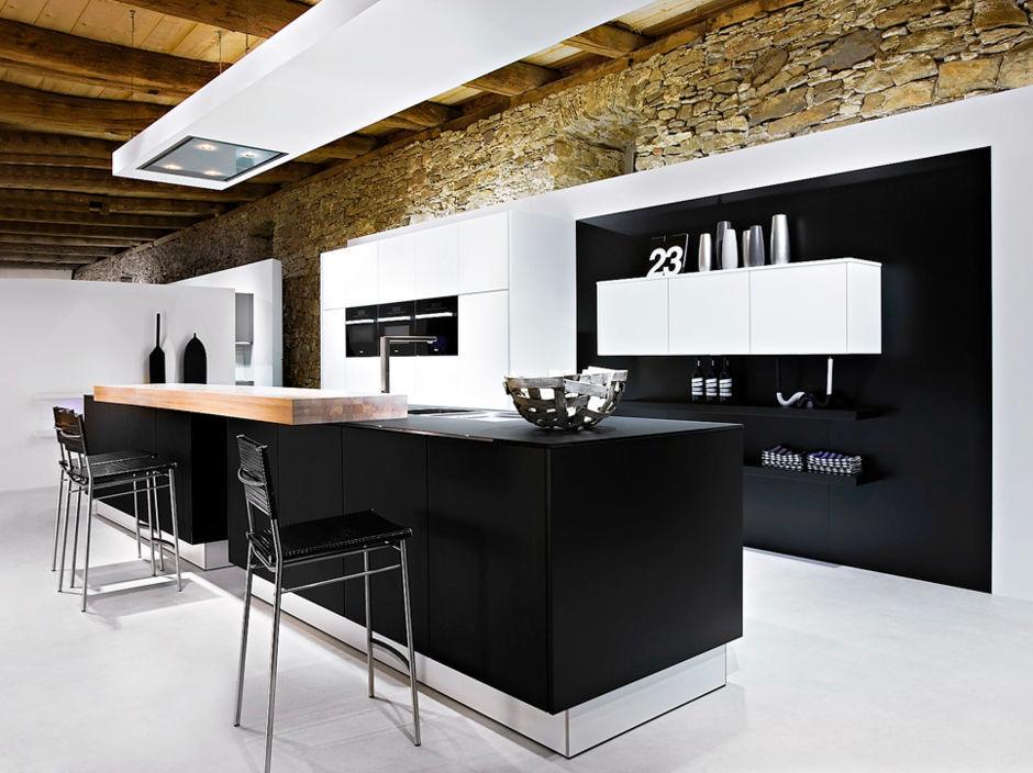 Moderne Küche mit schwarzen Fronten