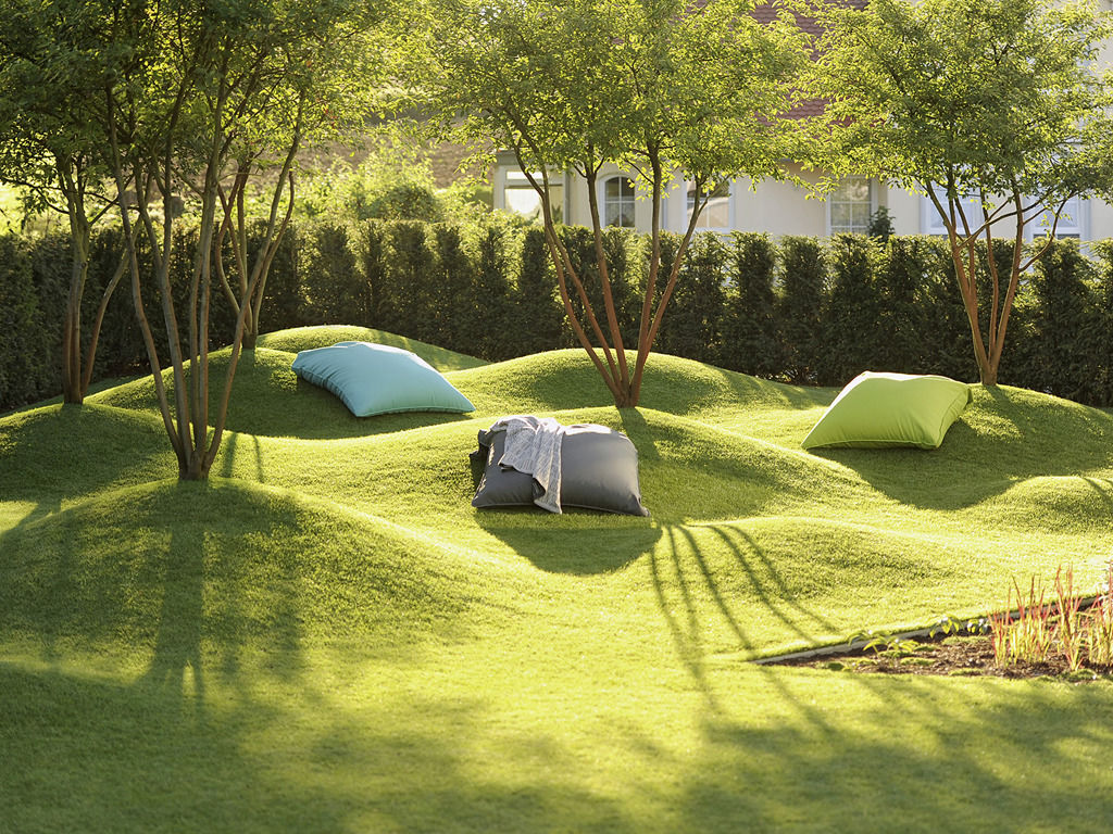 Eine Traumlandschaft entsteht im Garten durch modellierte Rasenfläche